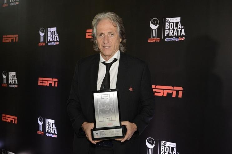 Jorge Jesus com o troféu atribuído pela ESPN Brasil