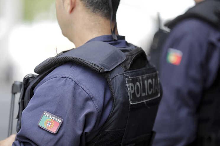 Agentes da PSP atacados com pedras e garrafas na Moita