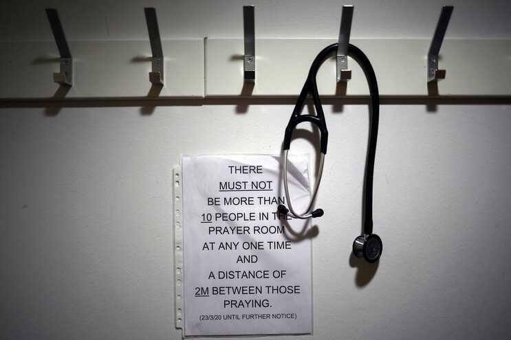"""Médicos britânicos alertam para """"risco real"""" de uma segunda vaga"""