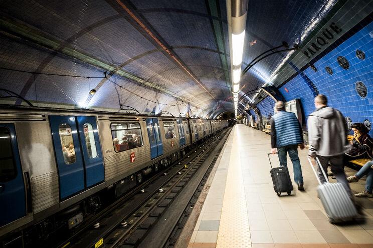 Avaria deixou vários comboios parados na Linha Azul