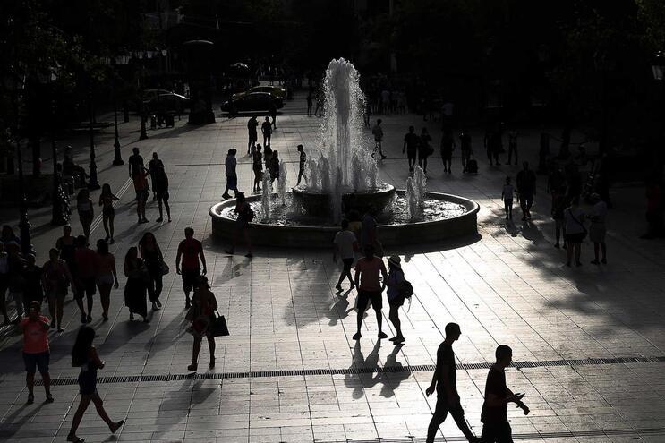 A Grécia, afetada nos últimos dias por altas temperaturas, foi atingida na quarta-feira por violentas