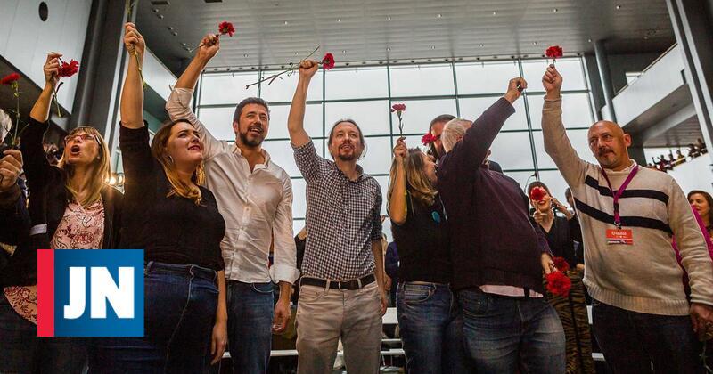 Grândola e cravos no encerramento de comício do Podemos em Vigo
