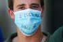 """""""A Cultura não se censura"""", lê-se numa máscara cirúrgica usada por um elemento de grupo de forcados de"""