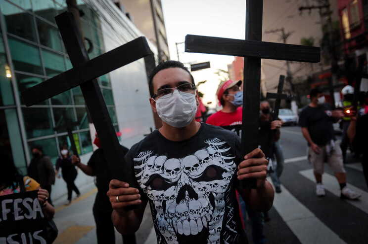 """Sexta-feira assinalou-se um """"Dia de luto"""" no Brasil pelas mortes com covid-19"""