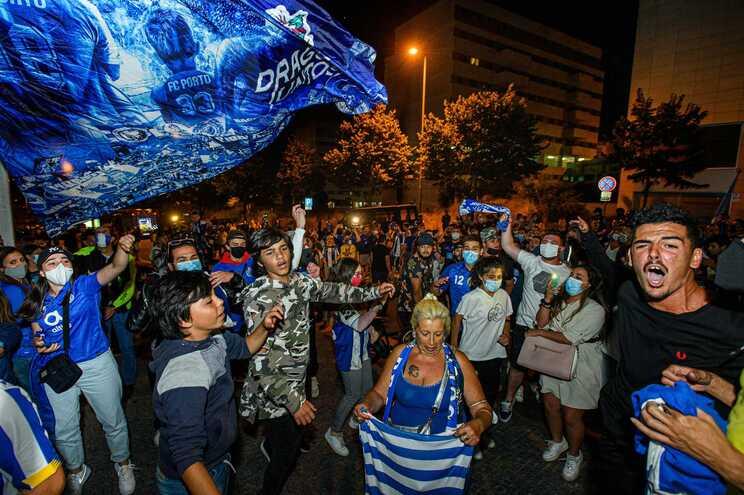 Um grupo numeroso de adeptos esteve na noite de quinta-feira a festejar a vitória do F. C. Porto junto