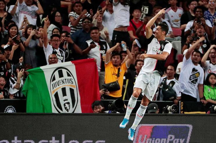 Ronaldo salta para cima de polícia durante invasão de campo