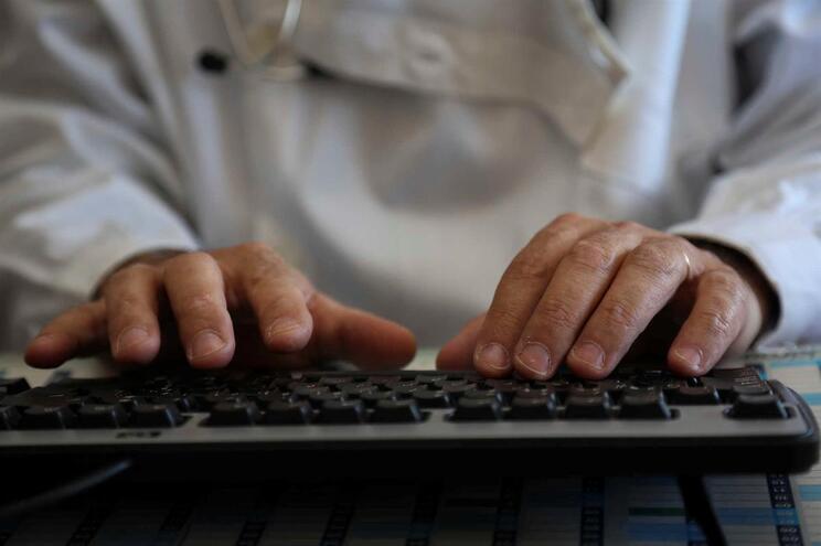 Até agora, os médicos tinham de usar computador com leitor de cartão, para o cartão da Ordem dos Médicos