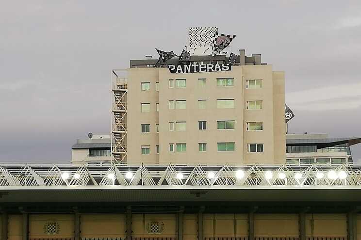 Adeptos do Boavista juntam-se no topo de um prédio para apoiar equipa