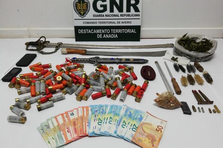GNR apreendeu armas e objetos relacionados com o tráfico de droga