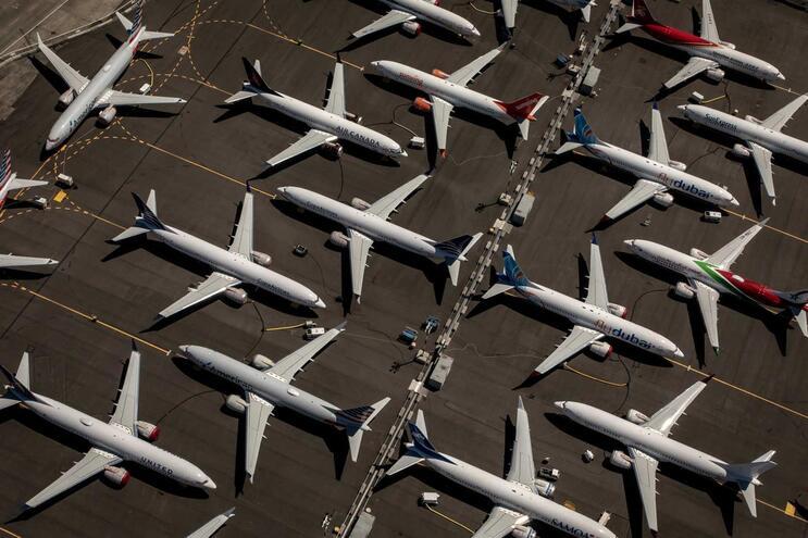 Várias companhias aéreas em todo o mundo foram forçadas a suspender ou a reduzir milhares de voos devido