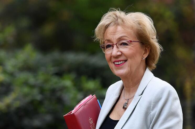 Ministra britânica demite-se e aumenta pressão sobre Theresa May