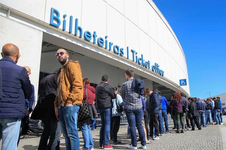 Porto, 01/05/2018 - Centenas de adeptos fizeram fila, na bilheteira do Estádio do Dragão, para conseguir
