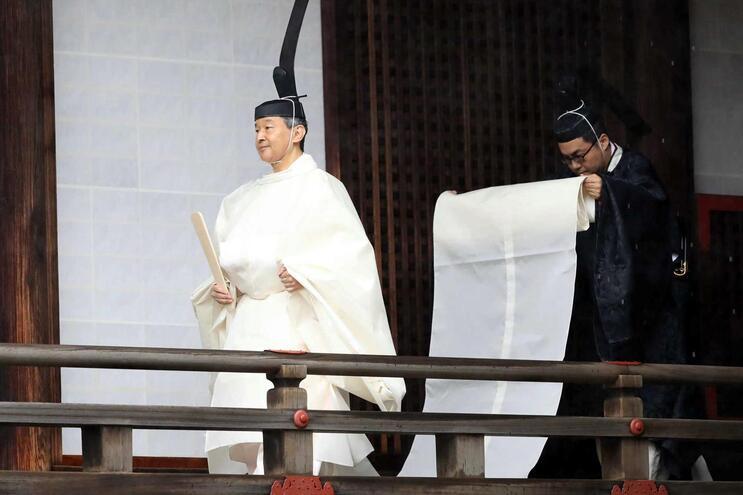 O imperador Naruhito (E) à chegada ao santuário de Kashikodokoro