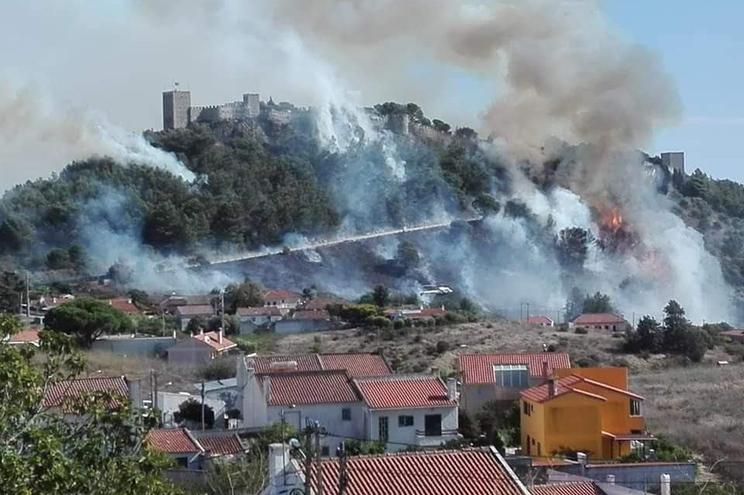Resultado de imagem para Incêndios: GNR retira perto de 50 pessoas do Castelo de Sesimbra devido a fogo