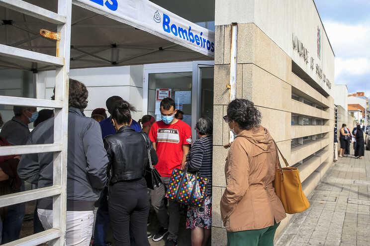 Centros de saúde continuam a exigir o agendamento de consultas, pedidos de receitas e outros atos por