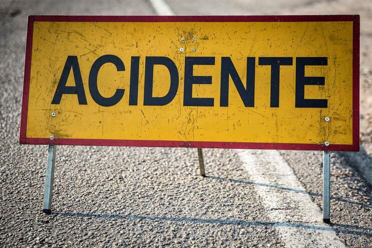 Já se circula na A1 após colisão com quatro feridos