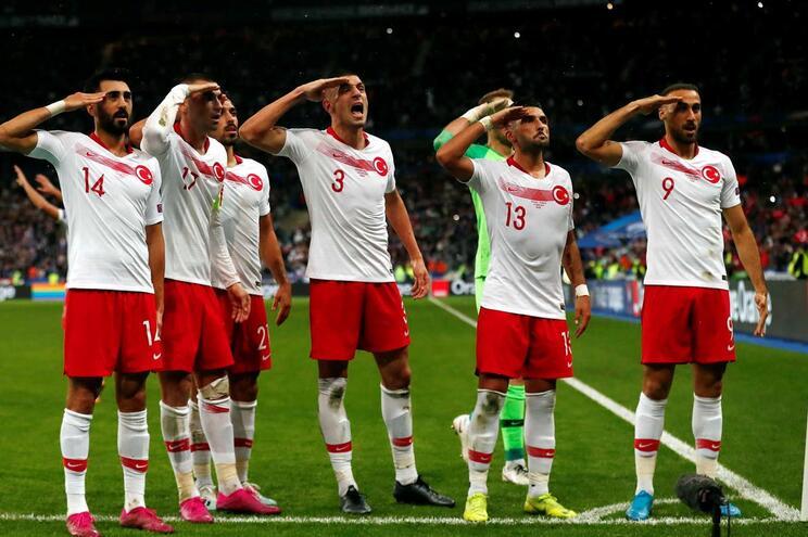Saudação militar dos jogadores turcos alvo de inquérito na UEFA