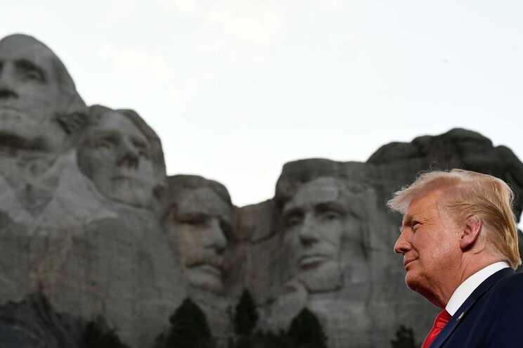 """Trump alerta para """"revolução cultural de esquerda"""" e defende estátuas"""