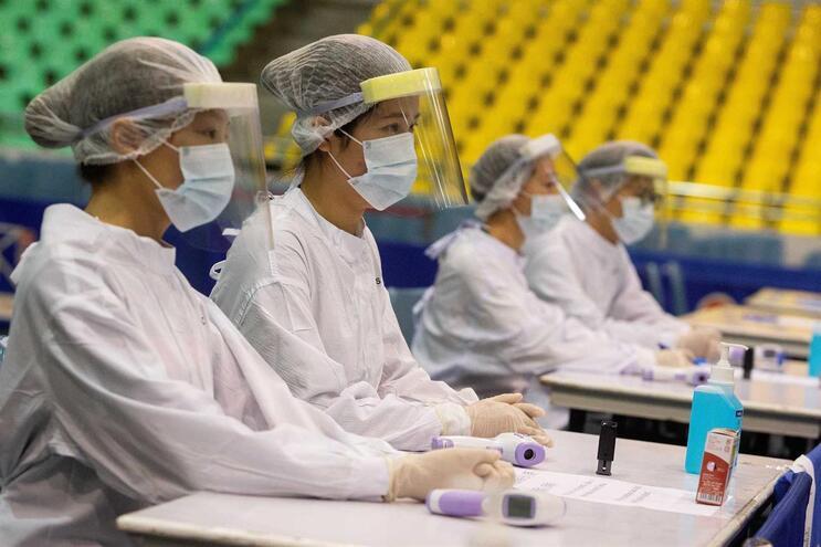 Técnicos de saúde num dos postos para exames médicos a quem chega de áreas com alta incidência do coronavírus