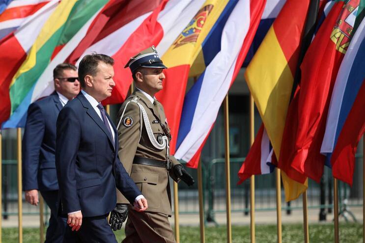 Ministro da Defesa Mariusz Blaszczak anunciou o incidente dos militares no Twitter