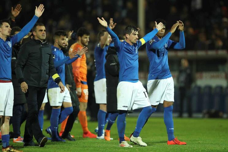 Jogadores do Feirense agradecem o apoio dos adeptos, no final do mais recente jogo no Marcolino de Castro