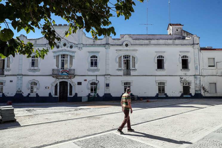 Fachada principal do lar da Fundação Maria Inácia Perdigão Silva, em Reguengos de Monsaraz