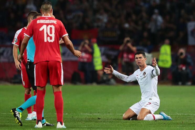 UEFA pune Sérvia com jogo à porta fechada por racismo no jogo com Portugal