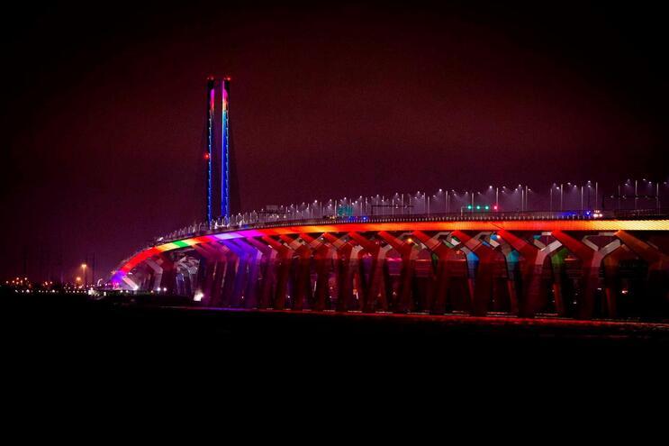 Ponte iluminada no Canadá com as cores do arco-íris, a lembrar a luta contra a Covid-19