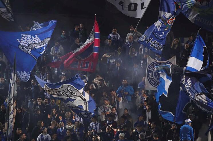 Adeptos do F. C. Porto protestam devido a demora na revista em Tondela