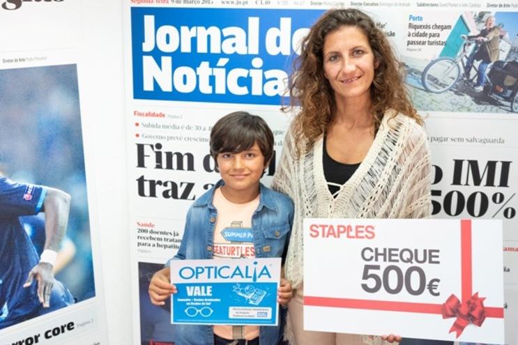 Levi Garcês, acompanhado pela mãe Vânia Carvalho, com os vales da Staples e Opticalia