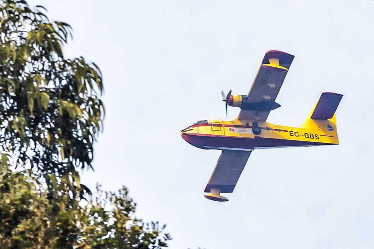 Há 23 meios aéreos no combate a vários fogos, este domingo