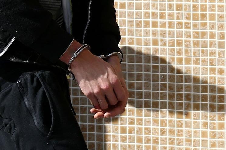 Jovem detido por posse de arma proibida em caso de violência doméstica