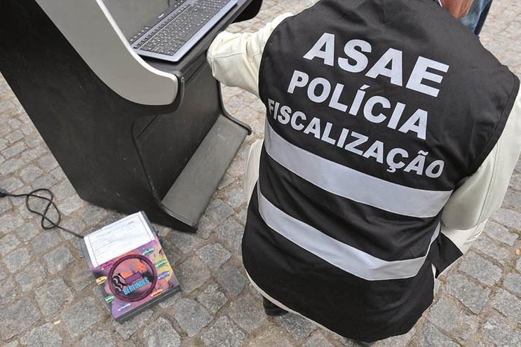 Inspetores da ASAE descobriram no local duas mesas de jogo repletas de cartas e fichas para apostas