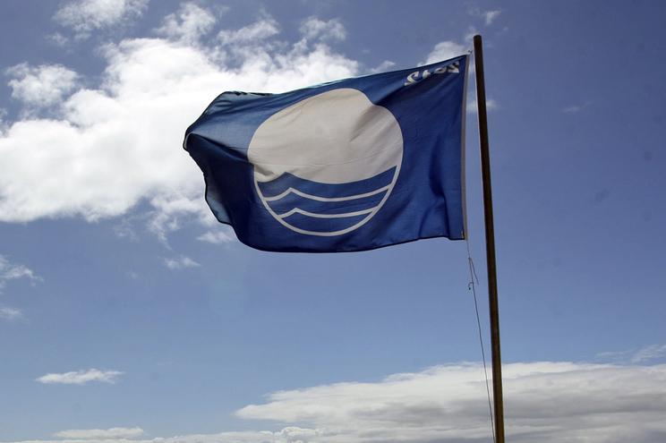 Saiba se a sua praia tem bandeira azul. Há 360 galardoadas
