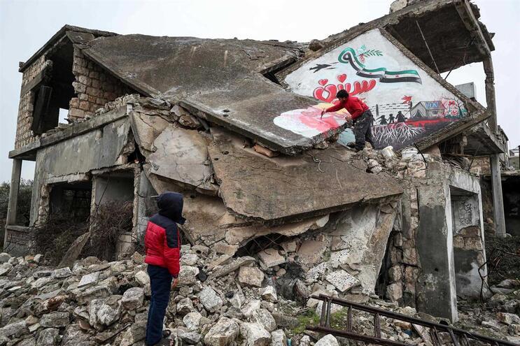 Pelo menos 384 mil pessoas morreram desde o início da guerra na Síria