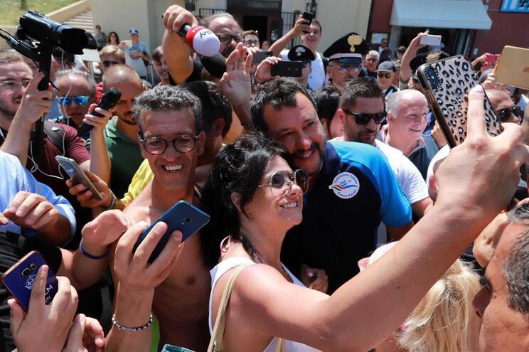Salvini nas festas-comício que compõem um roteiro de verão pelas praias italianas, onde põe música e
