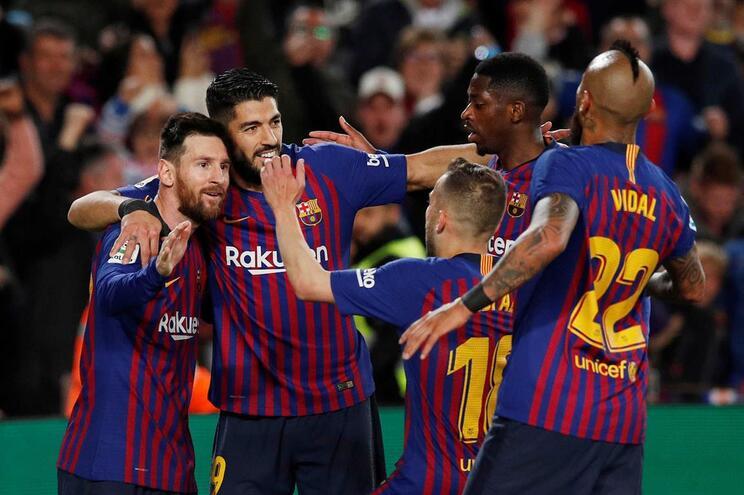 Jogadores do Barcelona festejam o golo de Messi