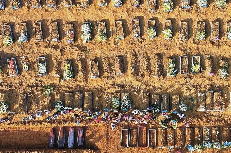 Ícone da pandemia: caixões e dezenas de covas abertas em Manaus, Brasil. O país soma agora 63 295 mortos