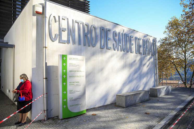Centros de saúde sem vacinas da gripe têm de esperar até ao fim do mês, diz sindicato