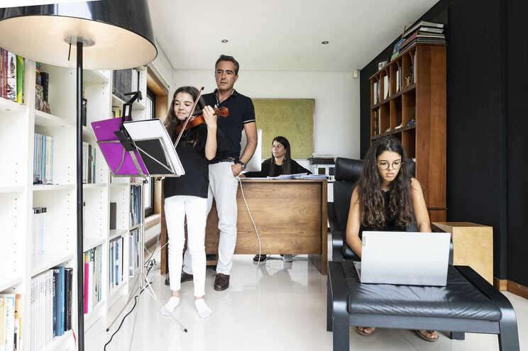 Rolanda ( mãe), Rui Pedro ( pai), Catarina ( 11º ano) e Marta ( 6º ano)