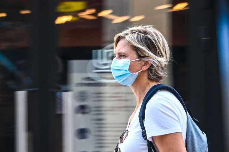 Dinamarca volta atrás e recomenda máscara nos transportes públicos