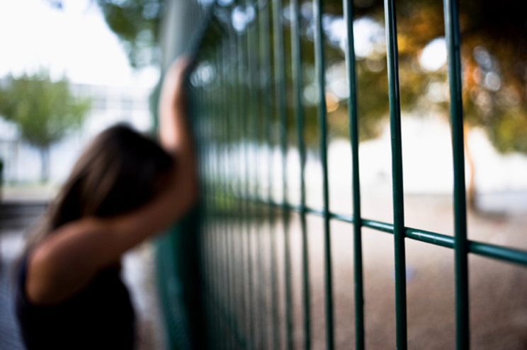 "Menina comete suicídio após ser chamada de ""suja"" pelo professor"