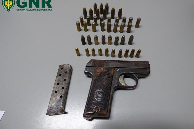 Suspeito foi detido pelo crime de violência domésticae detenção de arma proibida
