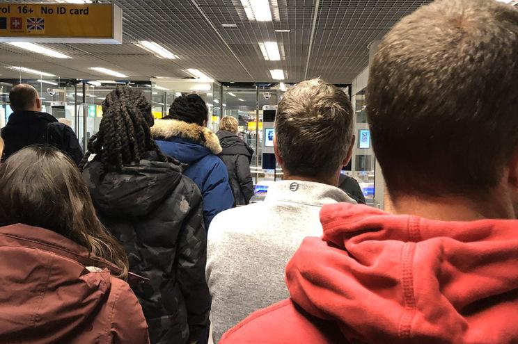 """""""Post"""" a criticar fila para verificar passaporte no aeroporto de Amesterdão"""