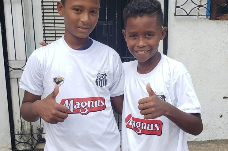 Caíque, 11 anos, e Caio, de 10, posam com as camisolas do Santos