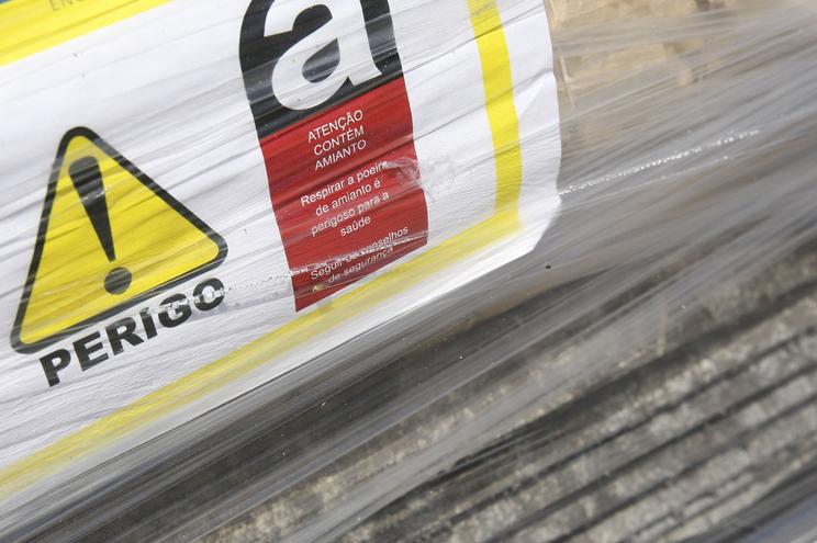 Retirada de telhas com amianto de casas circundantes constitui perigo para a saúde pública