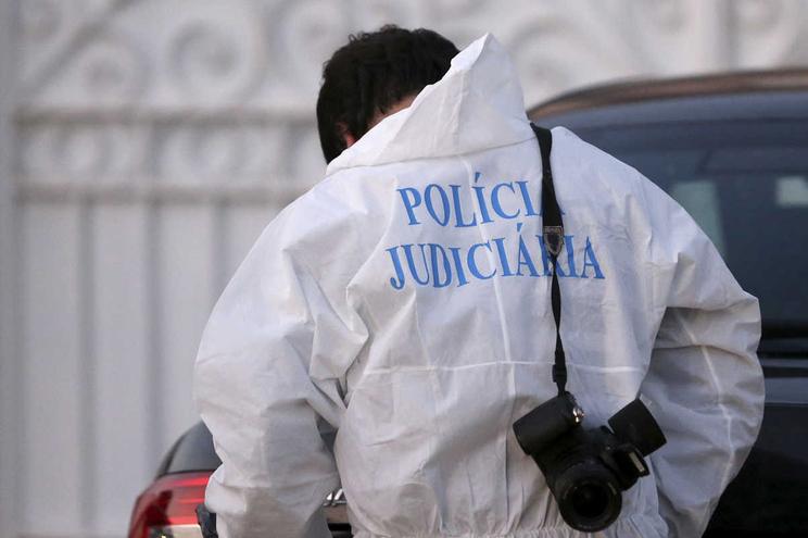 Mulher encontrada morta em casa com sinais de várias facadas