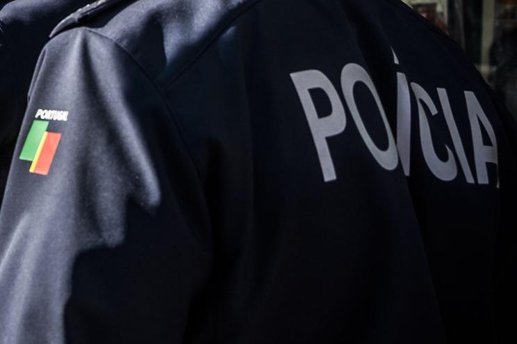 Segundo a PSP, o homem foi detido por condução perigosa, condução sem a devida habilitação legal para