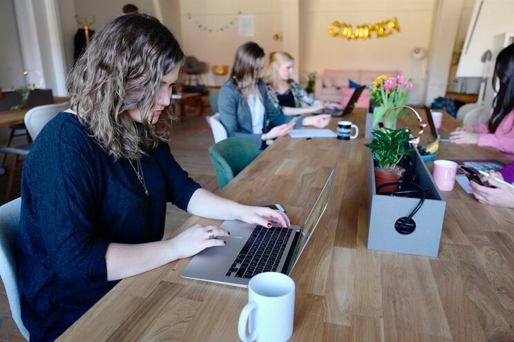 Mulheres trabalham mais 54 dias para igualar salário