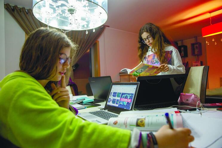 Professores devem enviar por email aos alunos trabalhos de casa e exercícios. A ideia é de que ninguém